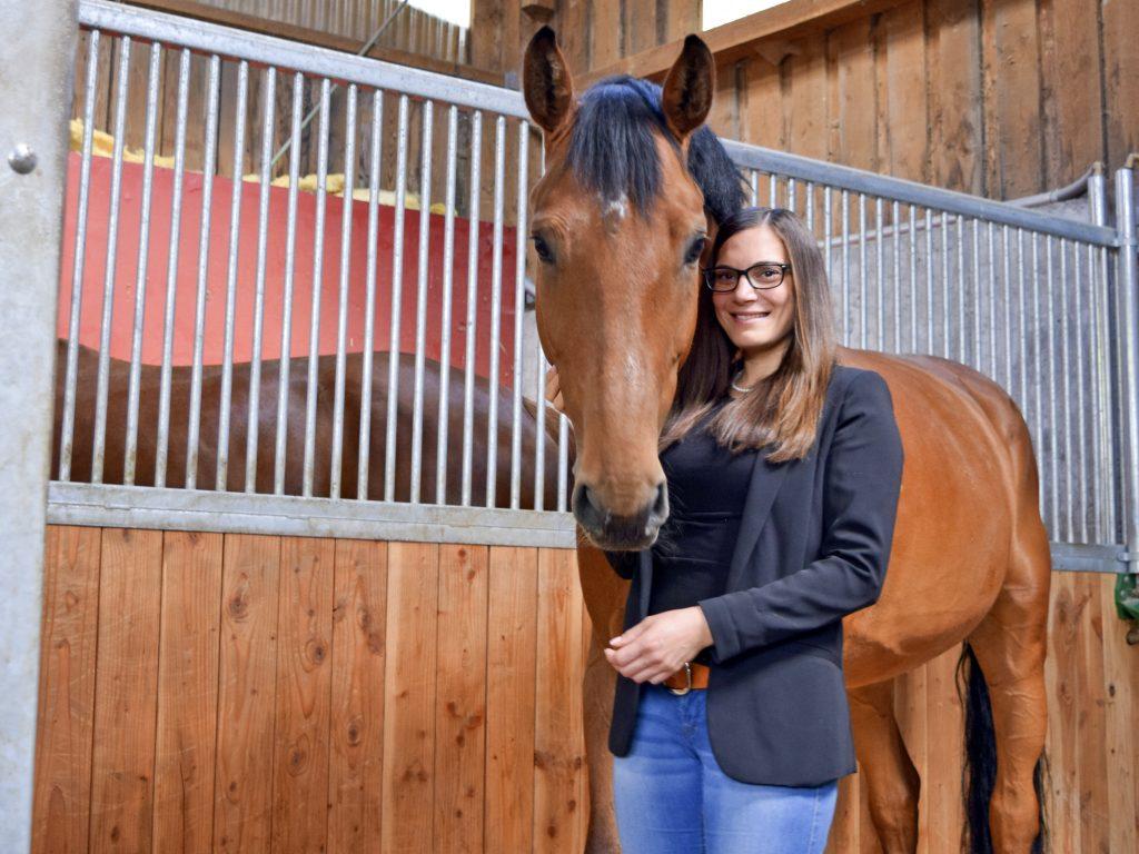 Frau mit braunem Pferd